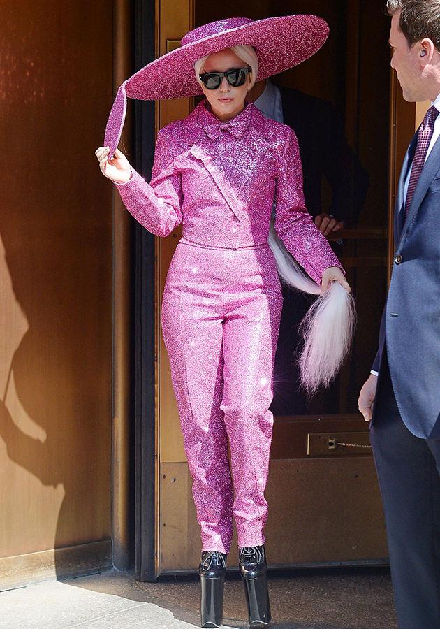 Lady Gaga. Ой Вань смотри какие клоуны! Я Вань такое же хочу! На нашей пятой швейной фабрике такое вряд ли кто пошьёт.