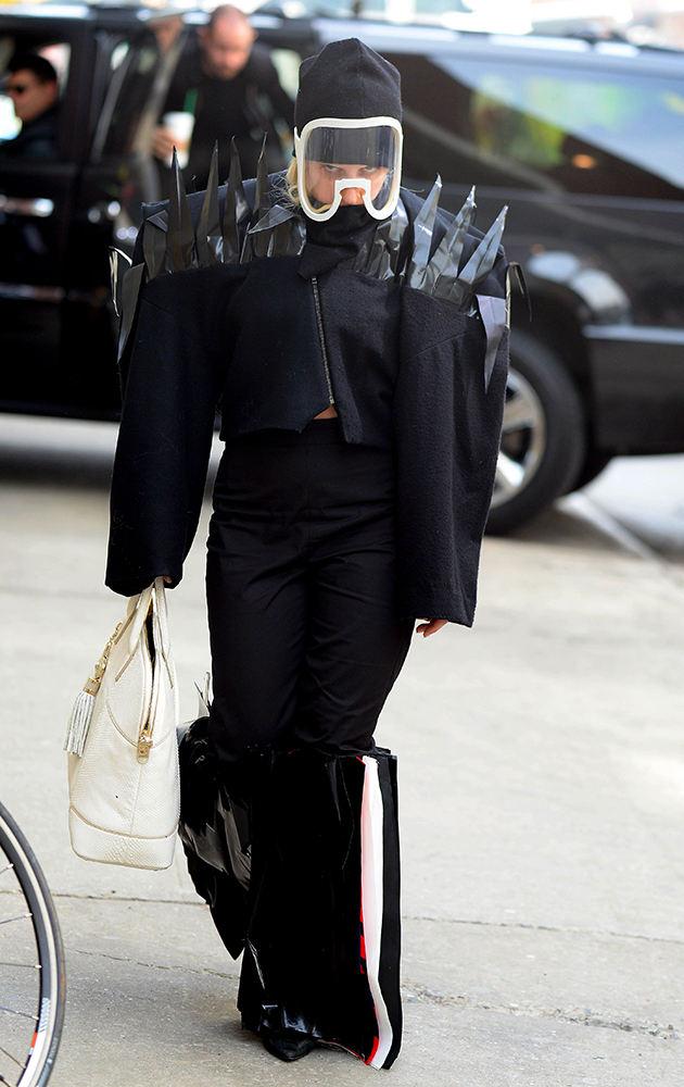 """Леди Гага охрана не нужна. Похоже, что в костюме """"А-ля нидзя"""", ее безопасноти ничто не угрожает."""