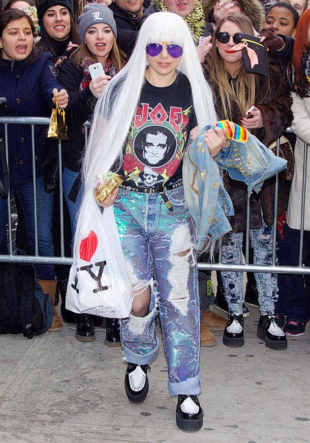 Lady Gaga надела рок футболку, рваные джинсы и лианы в Нью-Йорке.