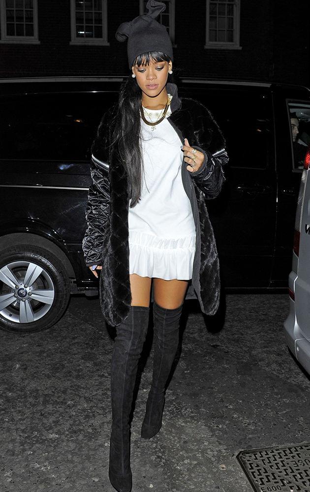 """Rihanna - все подобрано со вкусом. Смуглая кожа, белое платье на  общем фоне  серого притягивают взгляд в нужном направлении. Замшевые сапоги и гладкая шубка так и намекают, потрогай какая я гладкая. Вот только  чудо шляпка на голове в стиле """"принцесса Биатрис"""" заставляет не много призадуматься."""