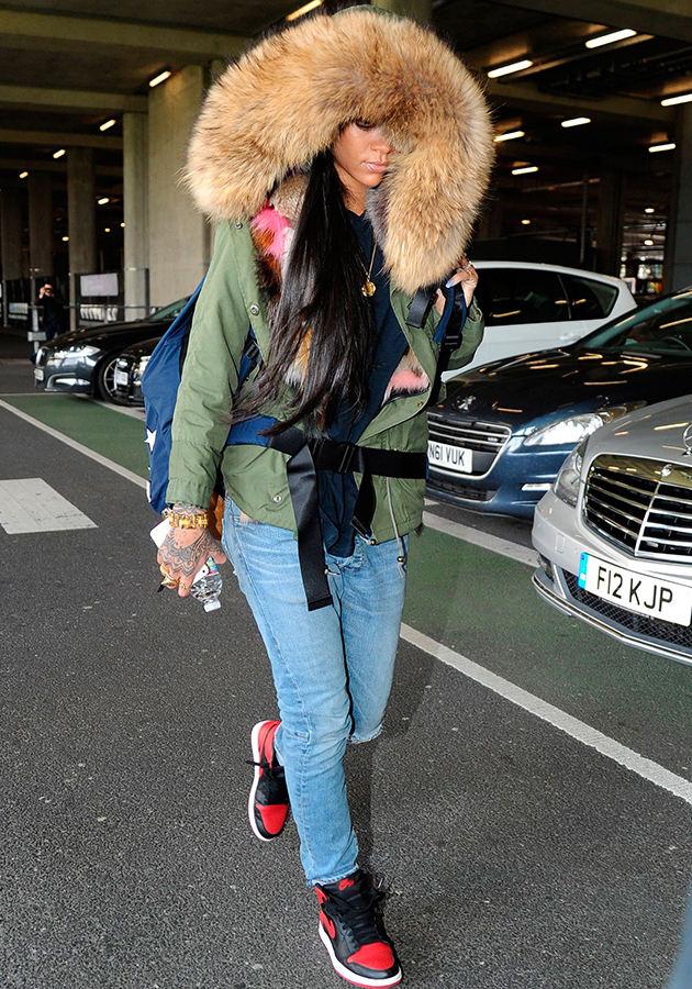 Rihanna в аэропорту Лондона Хитроу. С каждого бутика по шмутке. Дизайнеры могут отдыхать.