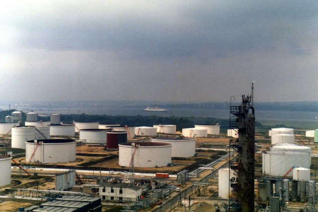 Queen_Elizabeth_2_from_inside_Fawley_oil_refinery_-_geograph.org.uk_-_735615