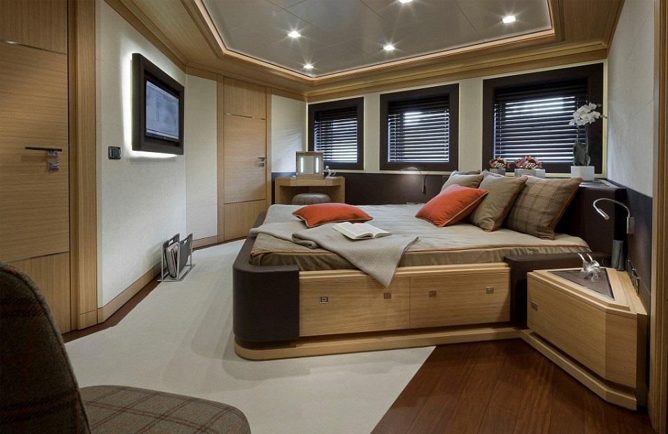 1412261396624_wps_28_jade_yacht_with_garage (1)
