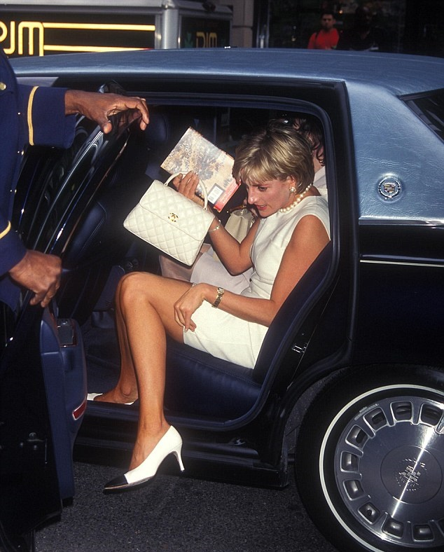 237CB48B00000578-2848533-High_profile_guest_Princess_Diana_arrives_at_the_Carlyle_Hotel_i-26_1416918368815