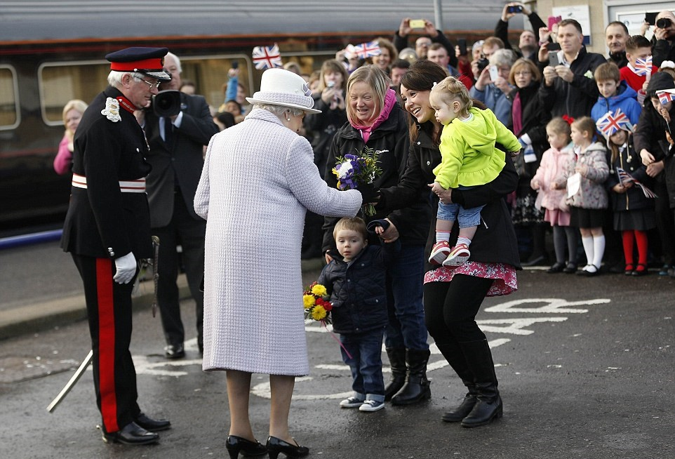 2354537F00000578-2842464-Mothers_with_young_children_then_greeted_the_Queen_after_she_ste-27_1416532447261