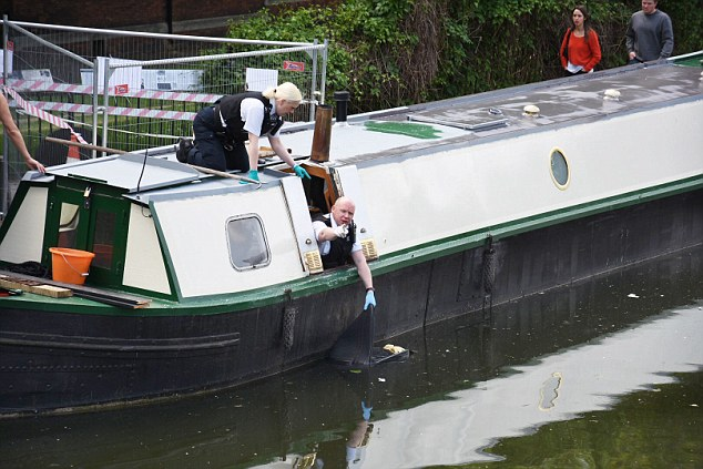 288DB94F00000578-3076403-Officers_pulling_a_suitcase_from_Grand_Union_Canal_yesterday_aft-a-8_1431346090472