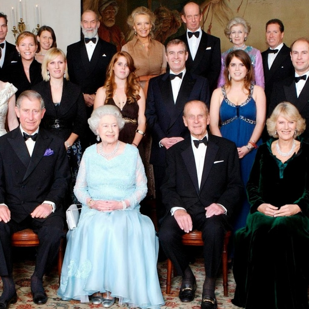epa01176511 Britain's Queen Elizabeth II (3-L) and HRH the Duke of Edinburgh (3-R) are joined at Clarence House by members of their family at Clarence House on the occasion of a dinner hosted by HRH the Prince of Wales and HRH the Duchess of Cornwall to mark the forthcoming Diamond Wedding Anniversary of The Queen and The Duke in London, Englandm 18, November 2007 EPA/TIM GRAHAM / POOL