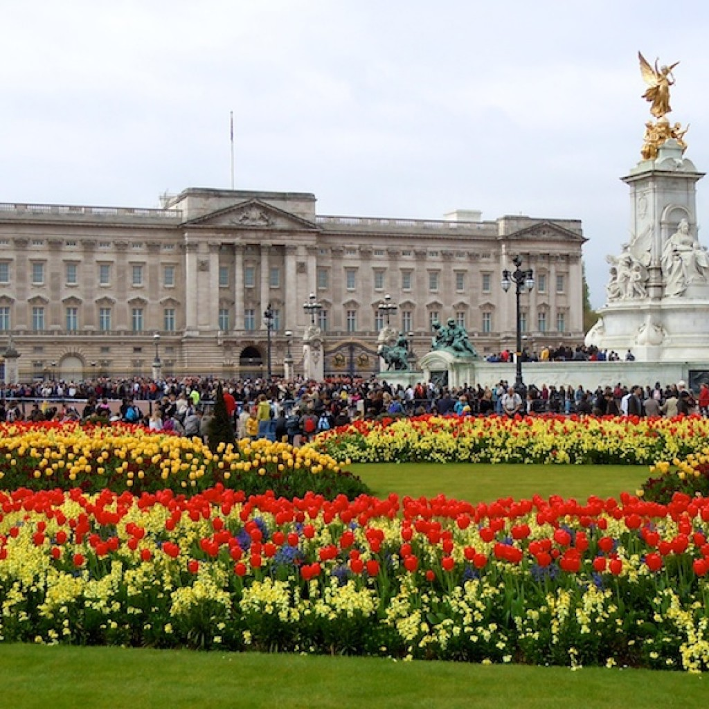 Queen-Victoria-Memorial-Gardens-and-Buckingham-Palace-London