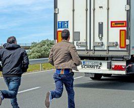 Незаконные иммигранты штурмуют границы Великобритании.