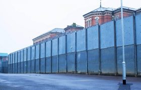 В особо строгой британской тюрьме Броадмур.