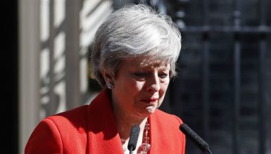 Тереза Мэй со слезами объявила о своей отставке.