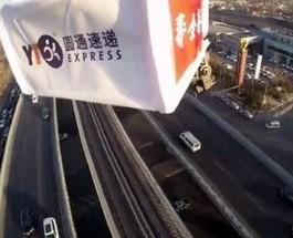 В Китае товары доставляют беспилотники.