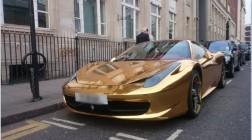 Золотой Феррари на улицах Лондона.