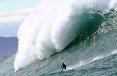Гигантские волны на атлантическом побережье Франции.