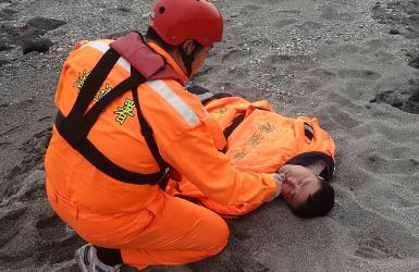 Рыбака в море спасла крышка гроба.