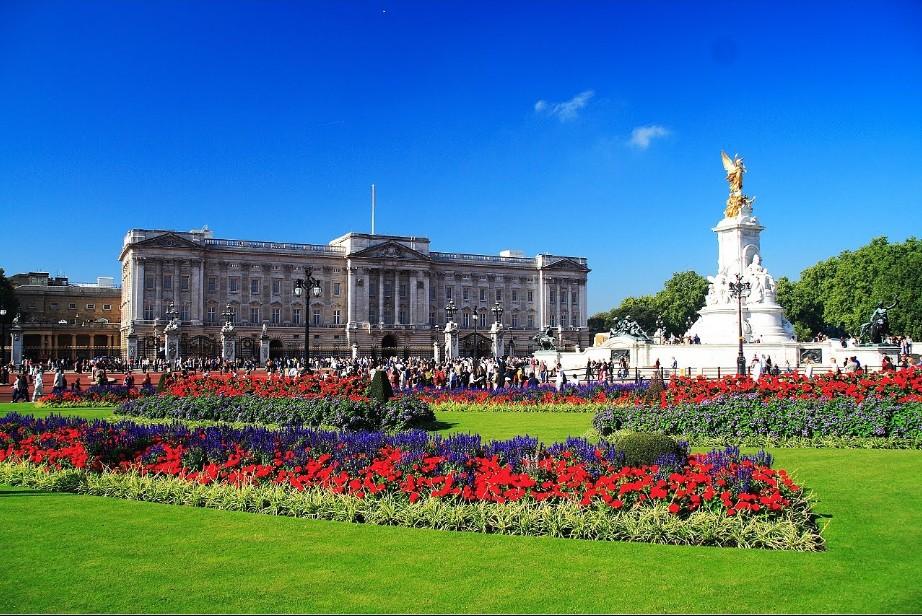 Королева Елизавета II приглашает на работу.