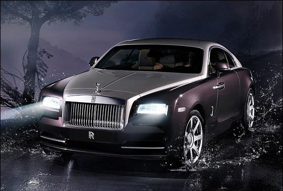 Новый Rolls-Royce сканирует дорогу.