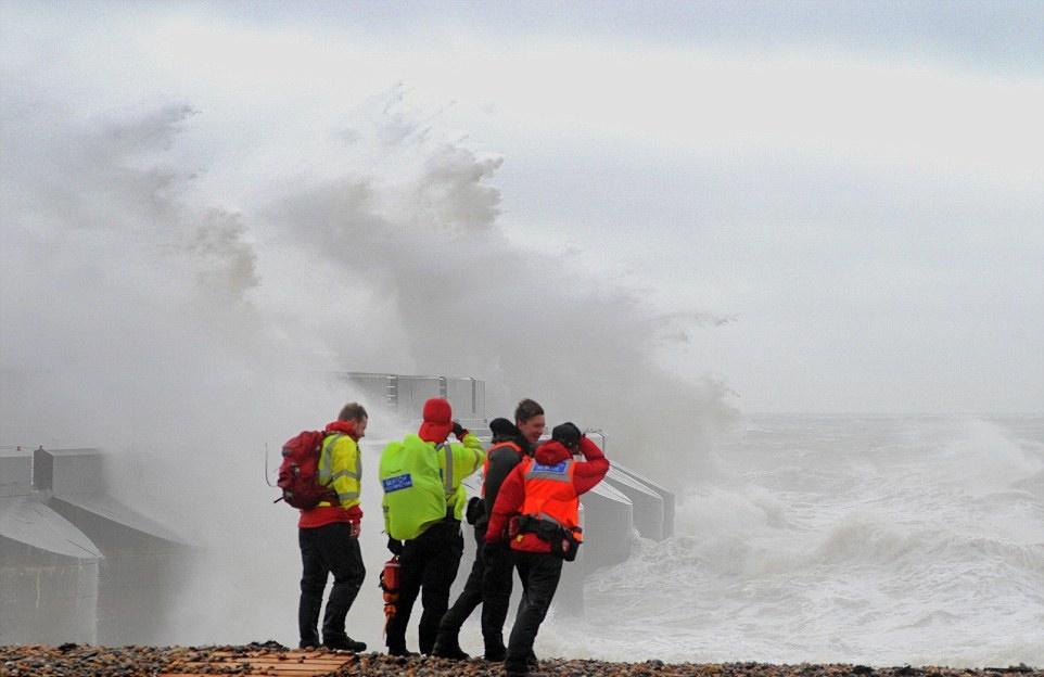 Море смыло с берега двух человек.