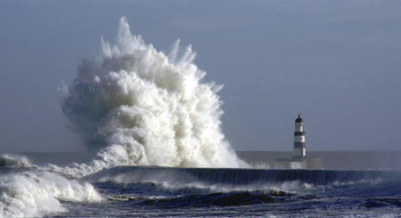 Огромная волна снова смыла людей в море.