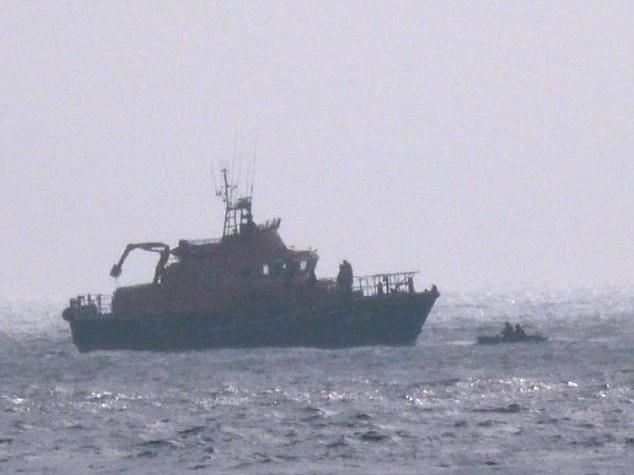 Литовцы в лодке посреди Ла-Манша.