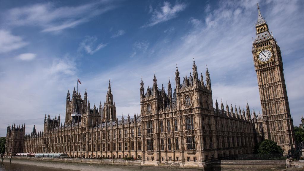 На крышу британского парламента забрался неизвестный.