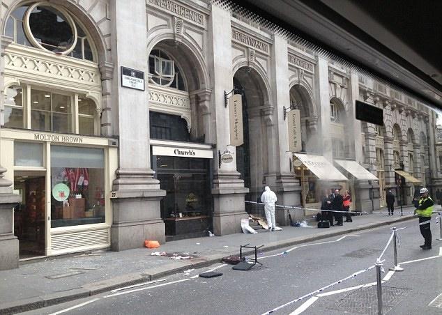 Подозреваемый выпал из окна Королевской биржи.