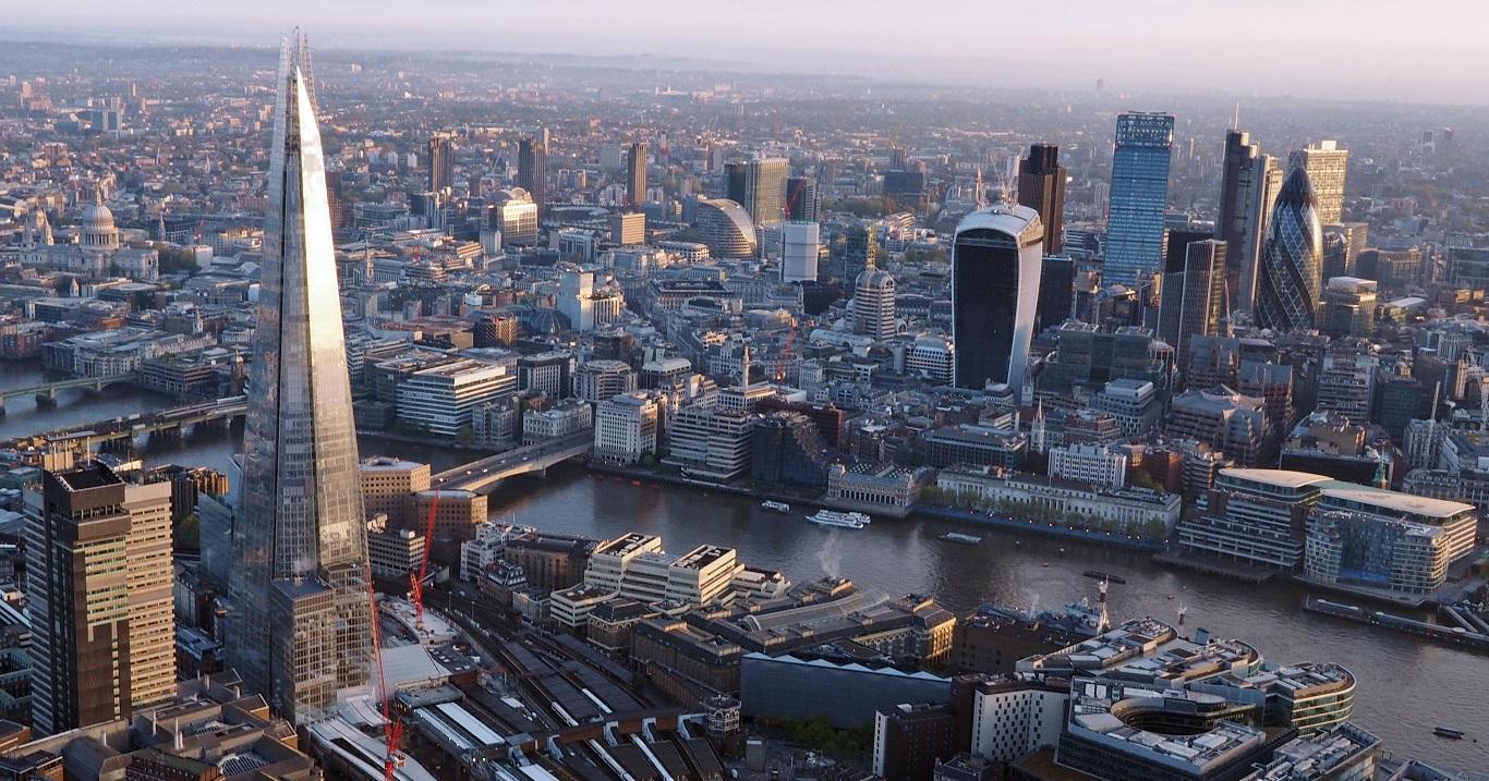 Человек упал с неба на крышу офисного здания в Лондоне.